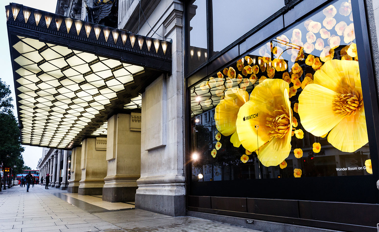 Selfridges-Apple-Watch-floral-display-003