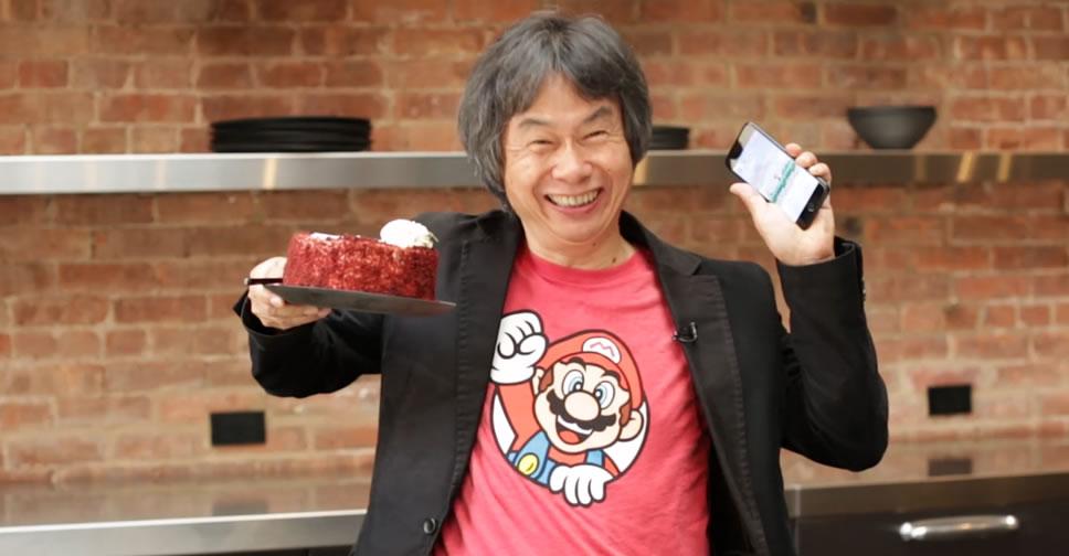 Miyamoto-play-Super-Mario-Run-One-Hand