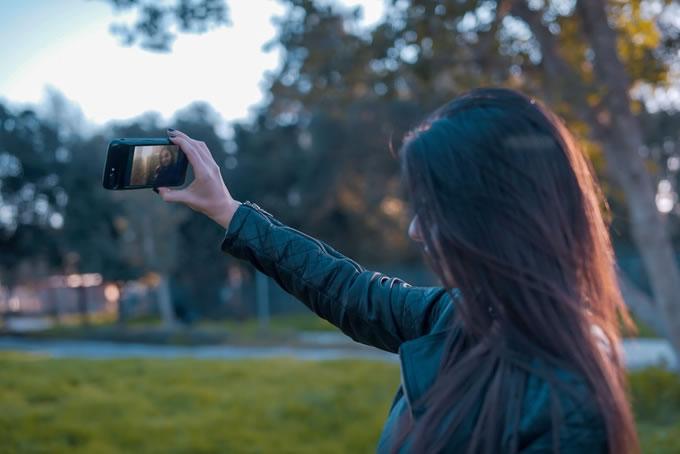 eye-Smart-iPhone-Case-selfie