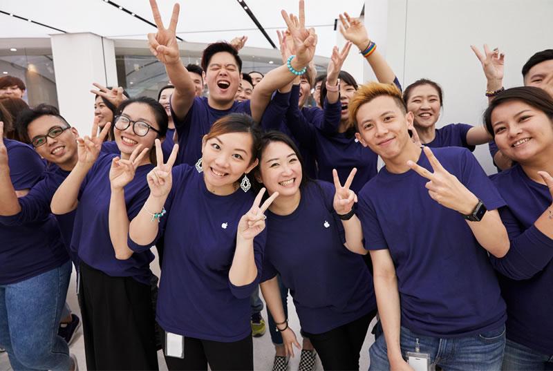 Apple-Taipei-101-staff