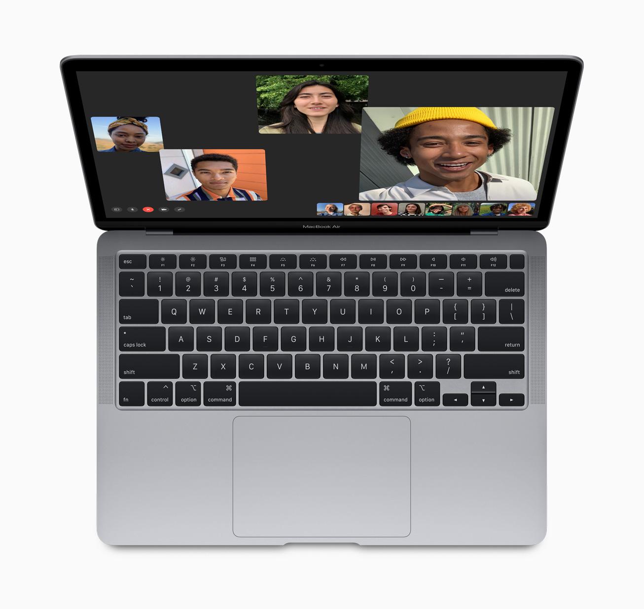 MacBook Air มาพร้อมลำโพงสเตอริโอชั้นสูงเพื่อเสียงสเตอริโอที่กว้างและเต็มอิ่ม พร้อมด้วยชุดไมโครโฟน 3 ตัวเพื่อเสียงที่คมชัดยิ่งขึ้น ขณะโทร FaceTime